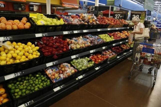 图为美国阿肯色州罗杰斯一家沃尔玛超市的生鲜水果柜台。REUTERS/Rick Wilking