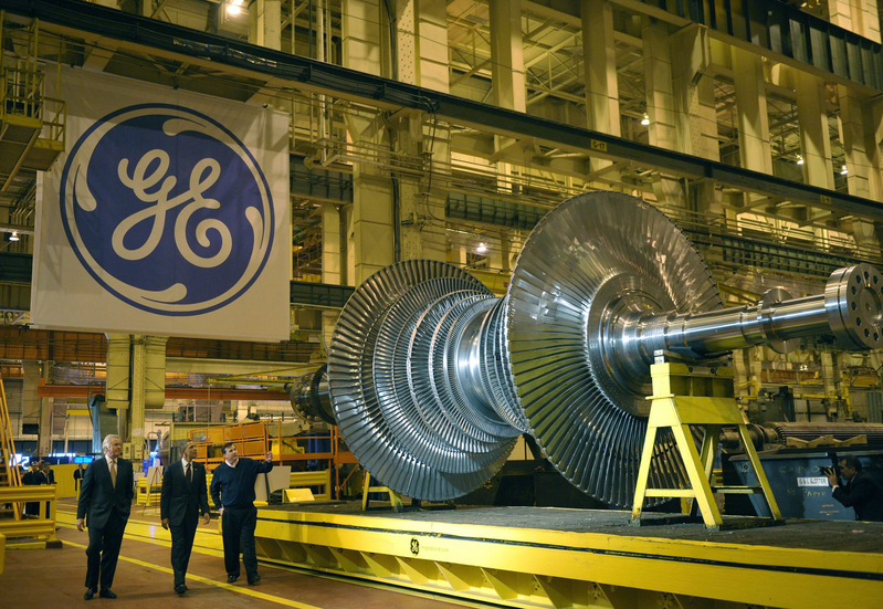 US President Barack Obama looks at a turbine during a tour of the General Electric Plant with GE Chairman and CEO Jeffrey Immelt (L) and plant manager Kevin Sharkey January 21, 2011 in Schenectady, New York. AFP PHOTO/Mandel NGAN (Photo credit should read MANDEL NGAN/AFP/Getty Images)
