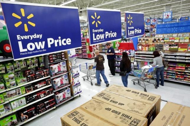 图为美国洛杉矶一家沃尔玛超市内的顾客。REUTERS/Jonathan Alcorn