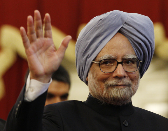 Indian Prime Minister Manmohan Singh waves to journalists during a joint press conference with Indonesian President Susilo Bambang Yudhoyono following their meeting at Merdeka Palace in Jakarta, Indonesia, Friday, Oct. 11, 2013. (AP Photo/Achmad Ibrahim)