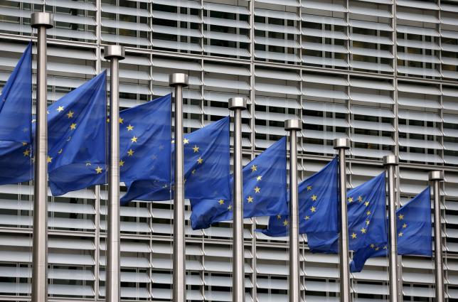 图为布鲁塞尔欧盟总部大楼外的欧盟旗帜。REUTERS/Francois Lenoir